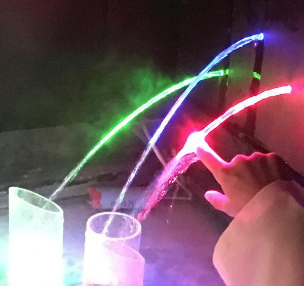 Une fontaine laser qui fascine les enfants, une très belle exoérience avec la lumière