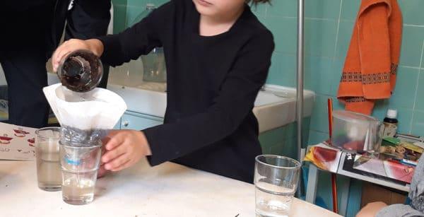 Des enfants de maternelle réalisent des activités scientifiques