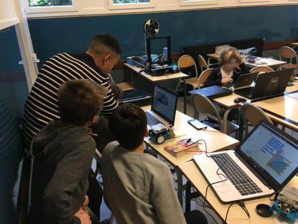 les enfants font du coding sous Scratch pour programmer leur robot mbot de Makeblock