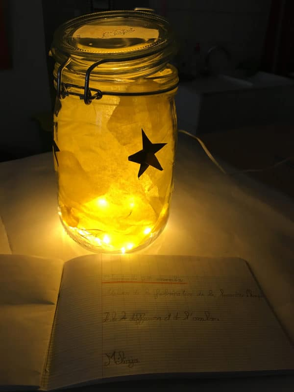 projet éducatif permettant aux enfants de fabriquer des lampes avec de jolies couleurs