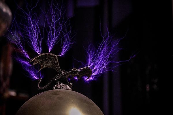 une bobine Tesla lance des eclairs avec de la musique