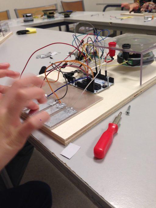 un enfant bricole un circuit électrique