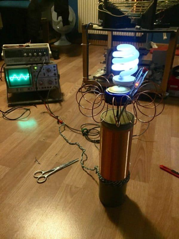 une bobine Tesla reliée à un oscilloscope fait briller une lampe
