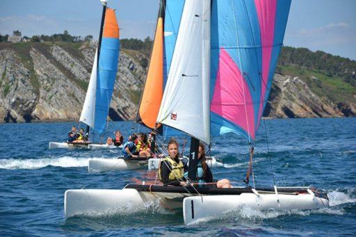 des jeunes naviguent en catamaran en Bretagne