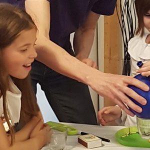 des enfants s'amusent au cours d'une fête d'anniversaire à thématique scientifique