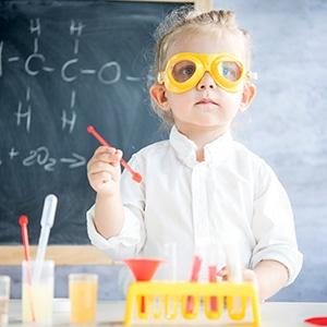 un enfant de 5 ans réalise des expériences scientifiques pour sa fête d'anniversaire