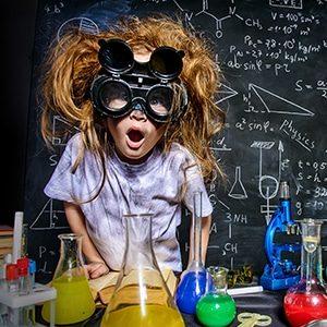 Un enfant réalise des expériences scientifiques pour son anniversaire