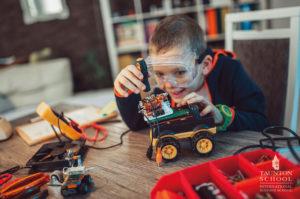 Un enfant de 8 ans participant au séjour linguistique scientifique en Angleterre organisé par Les Petits Atomes fabrique son robot en Lego et va le programmer