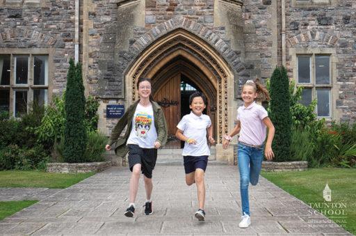 des enfants courent devant l'entrée de l'école anglaise