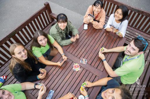 Des ados jouent aux cartes lors d'un séjour linguistique en Angleterre